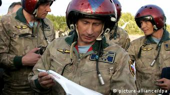 Vladimir Putin at a 2005 Russian-Chinese military maneuver (picture-alliance/dpa)