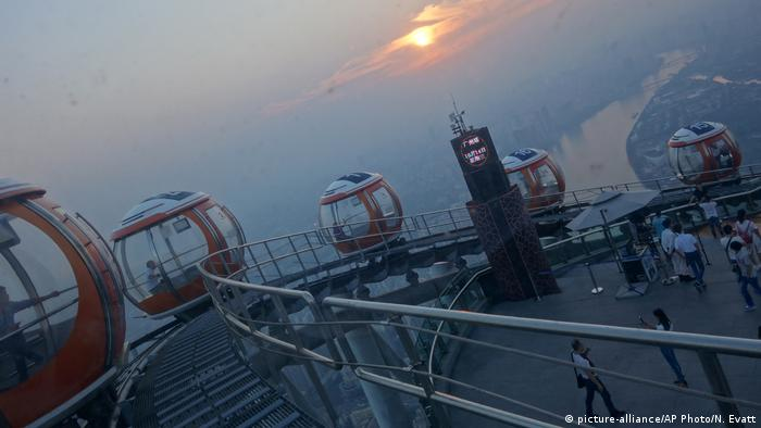 China Gondeln auf dem Canton Tower in Guangzhou (picture-alliance/AP Photo/N. Evatt)