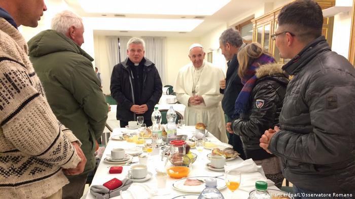 Papst frühstückt mit Obdachlosen 80. Geburtstag (picture alliance/dpa/L'Osservatore Romano)
