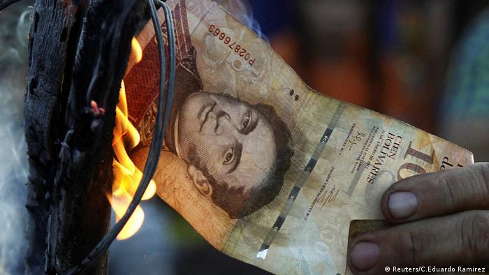 Una persona murió y unas 10 fueron detenidas en saqueos disturbios e incendios desatados por la escasez de billetes. Los incidentes se produjeron el primer día después de finalizar el plazo de 72 horas, para retirar de circulación los billetes de 100 bolívares. Según Maduro, el retiro de los billetes es para combatir a mafias internacionales. (17.12.2016)