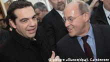 17.12.2016*** Der griechische Regierungschef Alexis Tsipras (l) und Gregor Gysi, Ex-Fraktionschef der Linken im Bundestag, unterhalten sich beim Kongress der Europäischen Linken (EL) am 17.12.2016 in Berlin. (zu dpa Gysi für Neustart der EU - Vor Wahl zum Chef der Europäischen Linken am 17.12.2016) Foto: Jörg Carstensen/dpa +++(c) dpa - Bildfunk+++ |