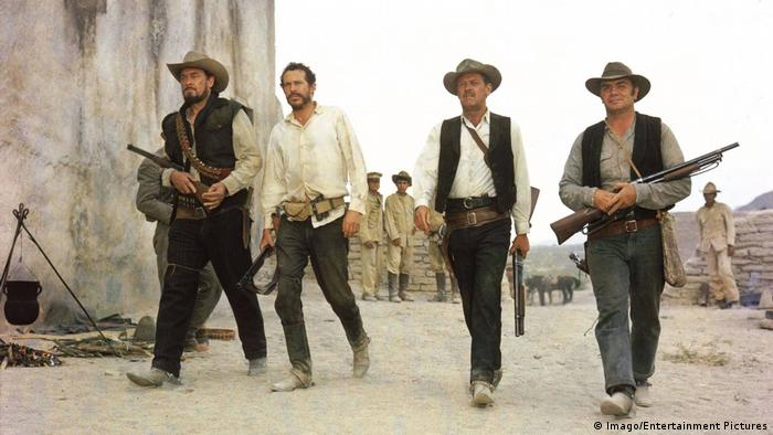 Filmstill Western The Wild Bunch mit vier Pistoleros in mexikanischem Dorf (Imago/Entertainment Pictures)