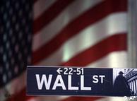 Strassenschild Wall Street vor US-Flagge (Foto: AP)