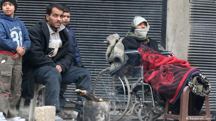 Люди в очікуванні евакуації у східному Алеппо