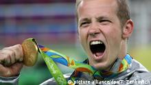 ARCHIV - epa05490591 Gold medalist Fabian Hambuechen of Germany reacts during the award ceremony of the men's Horizontal Bar Final for the Rio 2016 Olympic Games Artistic Gymnastics events at the Rio Olympic Arena in Barra da Tijuca, Rio de Janeiro, Brazil, 16 August 2016. +++(c) dpa - Bildfunk+++  