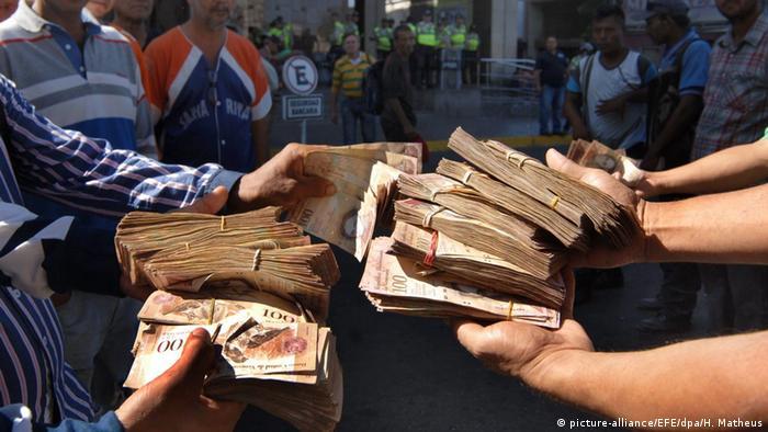Venezuelans Exchange 100 Bolivar Bank Notes Epa Humberto Matheus