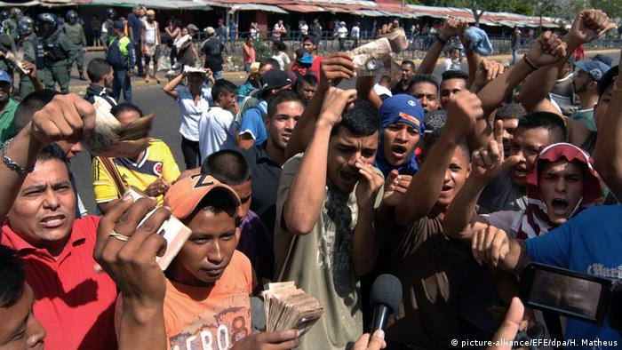 Venezuela | Proteste gegen die Bargeldverknappung (picture-alliance/EFE/dpa/H. Matheus)