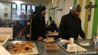 These homeless men are getting a hot meal at the Zoo train station shelter (DW/G.Schließ)