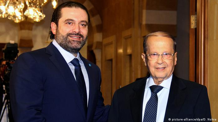 Saad al-Hariri (left) shake hands with Michel Aoun (picture-alliance/dpa/D. Nohra)