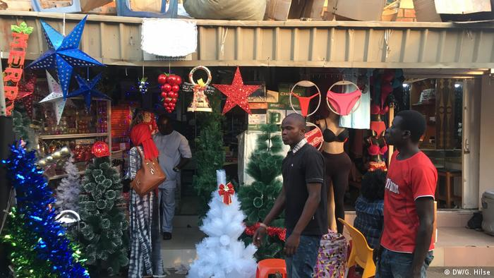 Buying Xmas decorations in Abuja (DW/G. Hilse)