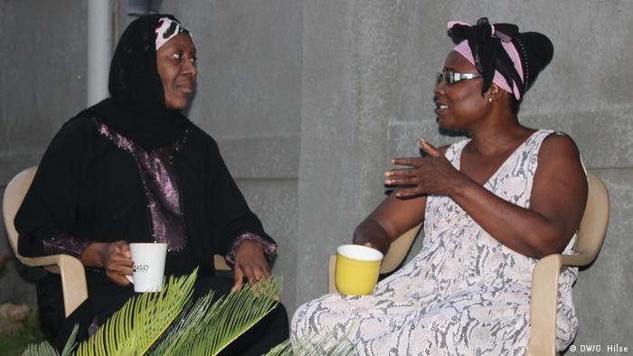Christmas in Nigeria: Hajiya Binta Babajo und Nachbarin Diana Ogunmola celebrate in Abuja together