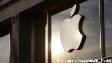 ARCHIV - Das Apple-Logo ist am 16.09.2016 an einem Apple-Store in Hamburg zu sehen. (zu dpa «Apple und Irland legen Berufung gegen Milliarden-Nachzahlung ein» vom 19.12.2016) Foto: Bodo Marks/dpa +++(c) dpa - Bildfunk+++ | Verwendung weltweit