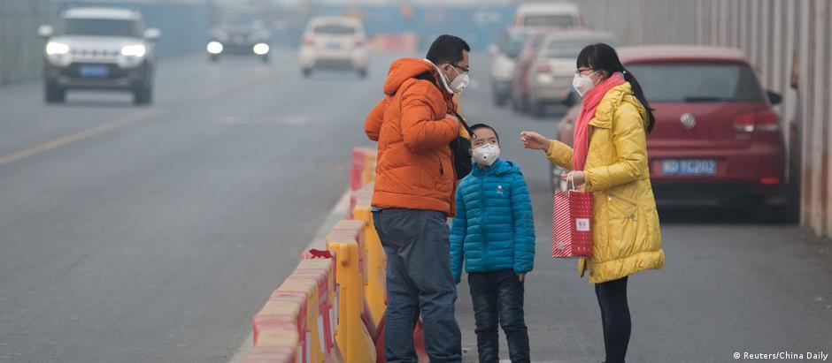 Em Pequim, poucos carros e pessoas circulam nas ruas nesta segunda-feira devido a poluição no ar