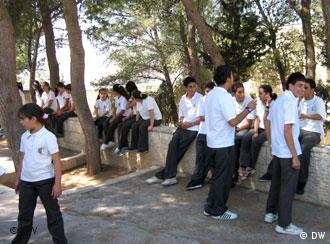 Mädchen und Jungen auf einem Schulhof