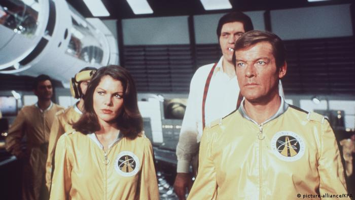 James Bond in Moonraker im Raumschiff in gelbem Anzug. (Foto: picture-alliance/KPA)