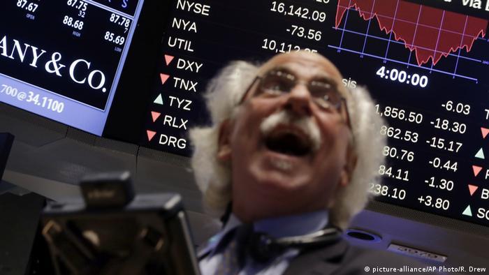 Брокер на Нью-йоркской бирже на Уолл-стрит