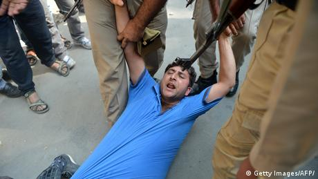 Indien Symbolbild Polizeigewalt (Getty Images/AFP/)