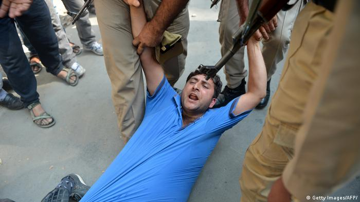 Indien Symbolbild Polizeigewalt (Getty Images/AFP/)