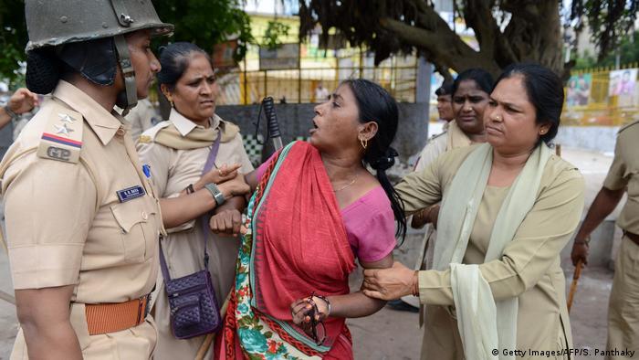 Indien Symbolbild Polizeigewalt (Getty Images/AFP/S. Panthaky)