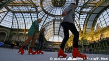 Bildergalerie Schlittschuhlaufen in der Stadt Paris (picture alliance/AP Photo/F. Mori)