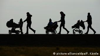 Силуэты матерей с колясками