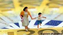 Symbolbild Kindergeld und Erziehungsgeld in Deutschland Miniatur Figur einer Mutter mit ihrem Kind auf Euro Geldscheinen | Verwendung weltweit