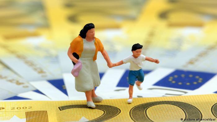 Symbolbild Kindergeld und Erziehungsgeld in Deutschland Miniatur Figur