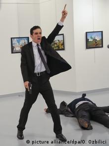 O atirador, identificado como o policial Mevlut Mert Altintas, gritou não se esqueçam de Aleppo!