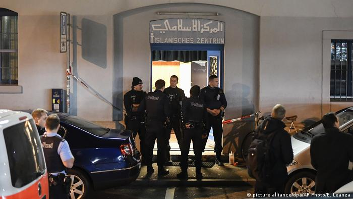 Police secure the area in front of the Islamic center, in Zurich (picture alliance/dpa/AP Photo/E. Leanza)