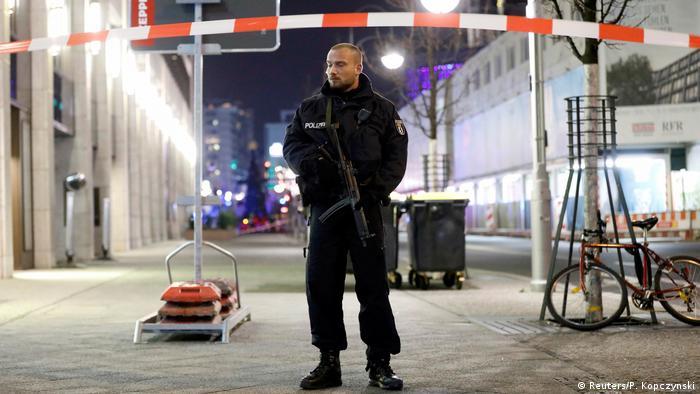 Полицейский на месте трагедии в западном Берлине