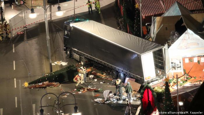 The truck that crashed into the Christmas Market (picture-alliance/dpa/M. Kappeler)