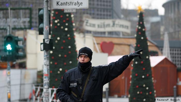 Сотрудник полиции недалеко от места теракта в Берлине