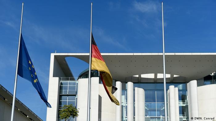Deutschland Flagge auf Halbmast (picture-alliance/dpa/R. Jensen)
