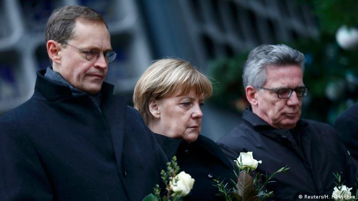 Deutschland Angela Merkel, Thomas de Maziere und Berlins OB Michael Mueller am Breitscheidplatz