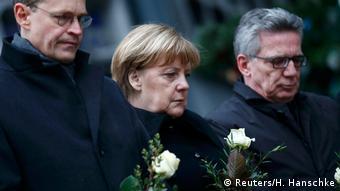 Deutschland Merkel und weitere Kabinettmitgleider legen Blumen an Anschlagsort nieder