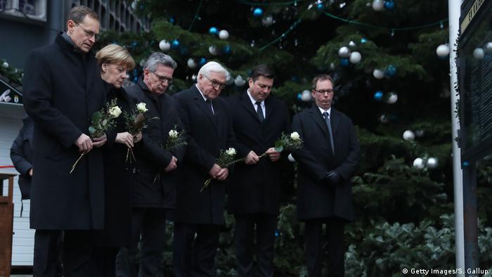 Deutschland Angela Merkel, Thomas de Maziere, Steinmeier und Michael Müller am Breitscheidplatz (Getty Images/S. Gallup)