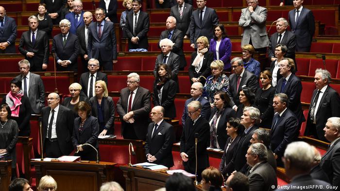Frankreich Premierminister Bernard Cazeneuve und Abgeordnete trauern um die Opfer von Berlin (Getty Images/AFP/B. Guay)