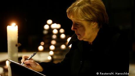 Deutschland Merkel trägt sich ins Kondolenzbuch ein (Reuters/H. Hanschke )