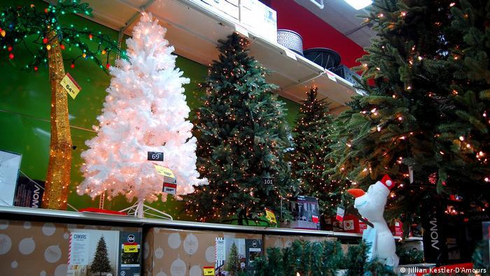 También hay quienes prefieren los arbolitos de navidad de plástico, que se usan mucho en América Latina. Pero los expertos advierten que, para que un árbol de plástico realmente sea beneficioso para el medioambiente, debe tener un uso de 19 años como mínimo.