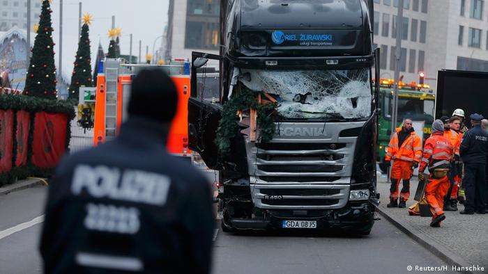 Deutschland LKW nach dem Anschlag am Breitscheidplatz in Berlin (Reuters/H. Hanschke)