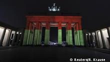 Deutschland Brandenburger Tor erstrahlt in Schwarz-Rot-Gold