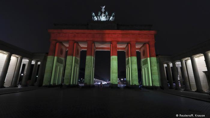 Deutschland Brandenburger Tor erstrahlt in Schwarz-Rot-Gold (Reuters/R. Krause )