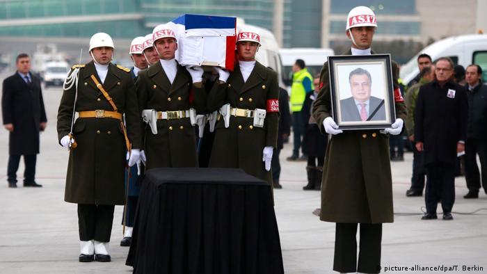 Türkei Sarg von Andrei Karlow am Flughafen in Ankara (picture-alliance/dpa/T. Berkin)