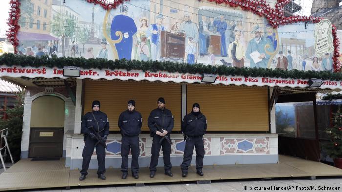 Berlin geschlossene Weihnachtsmärkte nach Anschlag (picture-alliance/AP Photo/M. Schrader)