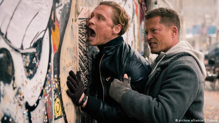 Film scene of Vier gegen die Bank with Schweiger pressing Scweighöfer against a wall (picture alliance/S.Rabold)