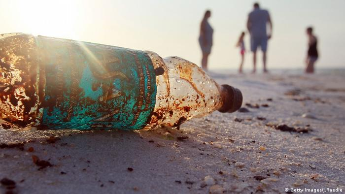 A close-up shot of an oil-covered plastic bottle on the beach (Getty Images/J.Raedle)