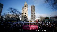 Deutschland Berliner und Flüchtlinge singen am Breitscheidplatz We are the World