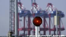 23.04.2009 DEUTSCHLAND , BREMERHAVEN , 23.04.2009, Stopplampe an der Einfahrt zum Bremerhavener Containerterminal.   Keine Weitergabe an Wiederverkäufer.