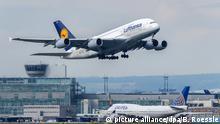 ARCHIV - Ein Flugzeug Airbus der Lufthansa startet am 05.10.2015 auf dem Flughafen in Frankfurt am Main (Hessen). (zu dpa «Piloten nehmen Verhandlungen mit Lufthansa wieder auf - Keine Streiks» vom 09.12.2016) Foto: Boris Roessler/dpa +++(c) dpa - Bildfunk+++ | Verwendung weltweit