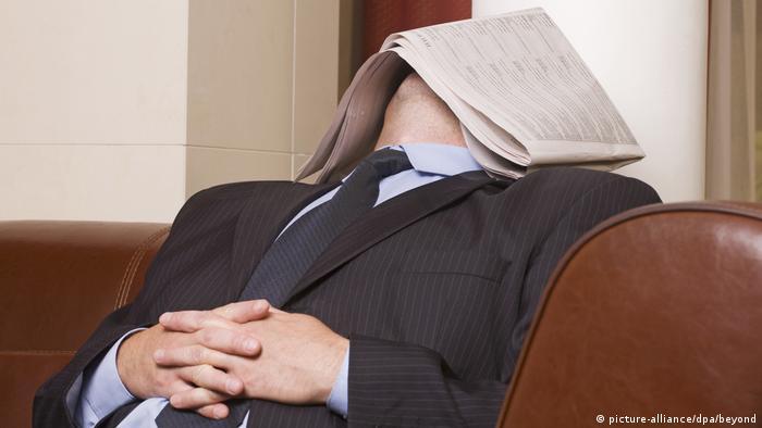 Reisemythen Geschäftsmann Schlaf Nickerchen Power nap (picture-alliance/dpa/beyond)